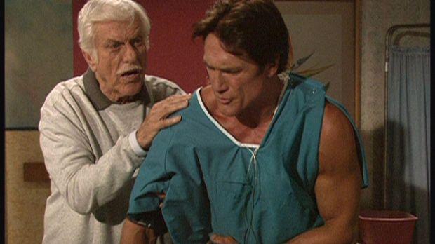 Der bei einem Verkehrsunfall verletzte Steve (Barry Van Dyke, r.) weigert sic...