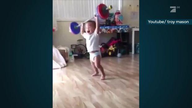 Taff - Taff - Baby Workout: Kleinkind Stemmt Gewichte Wie Ein Profi
