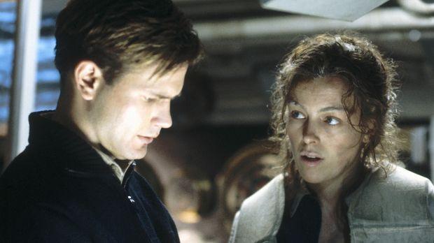 Captain Douglas O'Dell (Matthew Davis, l.) weiß, dass eine Frau an Bord - lau...