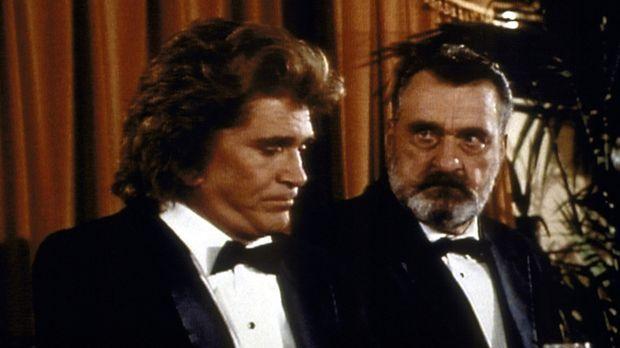 Jonathan (Michael Landon, l.) und Mark (Victor French, r.) nehmen an Waynes A...