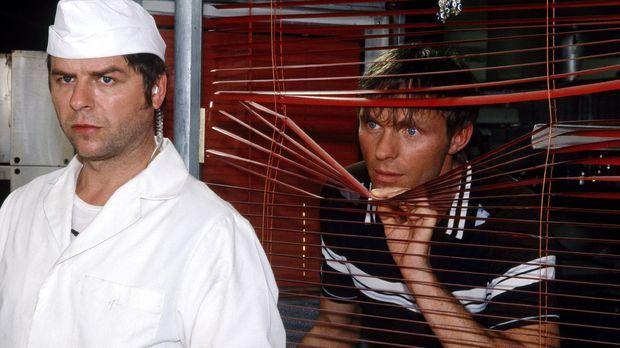 Jupp (Uwe Fellensiek, l.) und Falk (Dirk Martens, r.) werden als ortskundige...