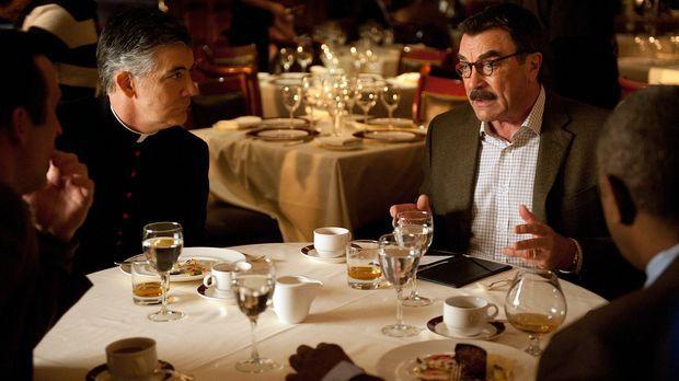 Pater Walter Donahue (Kevin O'Rourke, 2.v.l.) ist ein alter Freund von Frank...
