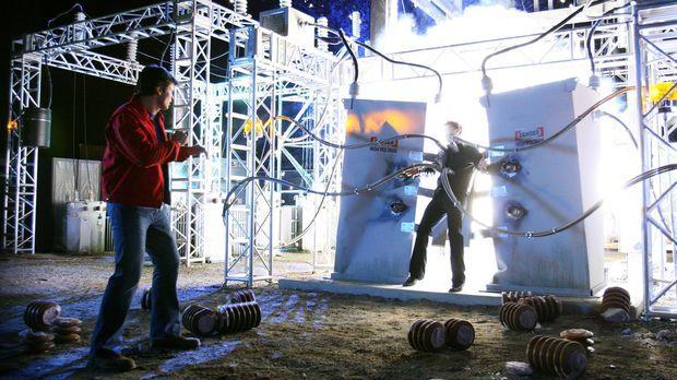 Die einzige Möglichkeit Brainiac (James Masters, r.) zu töten, ist mit Strom:...