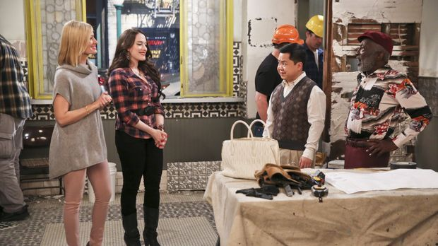 Caroline (Beth Behrs, l.) und Max (Kat Dennings, 2.v.l.) zeigen Han (Matthew...