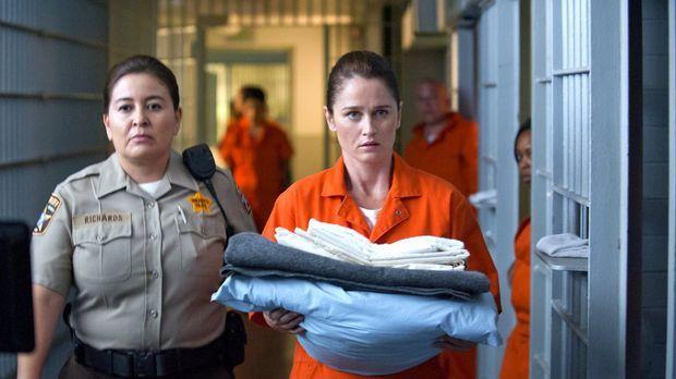 Teresa Lisbon (Robin Tunney, vorne) ermittelt Undercover in einem Gefängnis,...