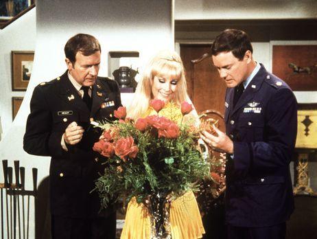 Bezaubernde Jeannie - Jeannie (Barbara Eden, M.) freut sich über den Blumenst...