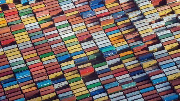 Container in Hamburg auf einem Terminal im Hafen