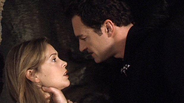 Phoebe (Alyssa Milano, l.) ist in die Unterwelt hinabgestiegen, um Cole (Juli...