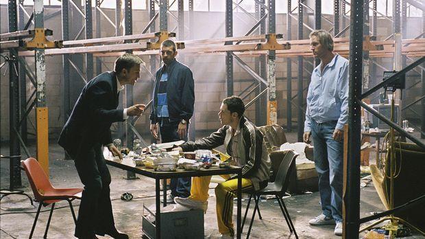 Nachdem ein namenloser Kokainhändler (Daniel Craig, l.) sich mit viel Arbeit...