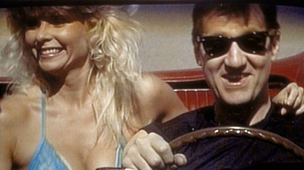 Al (Ed O'Neill, r.) träumt davon, in seinem alten Ford Mustang ein Frauenschw...