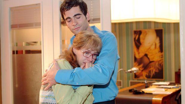 Nachdem Lisa (Alexandra Neldel, l.) weinend an ihrem Schreibtisch zusammengeb...