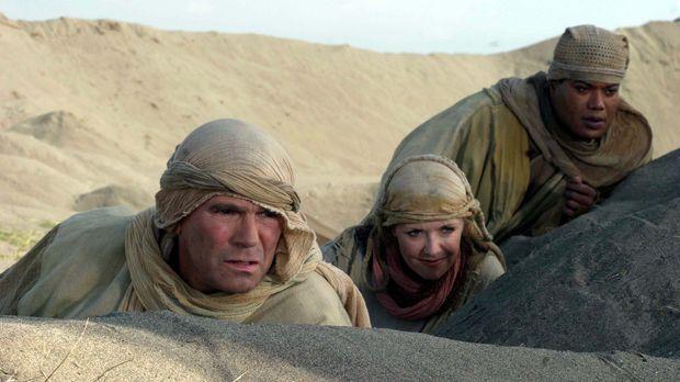 Für eine Mission reisen Jack (Richard Dean Anderson, l.), Sam (Amanda Tapping...