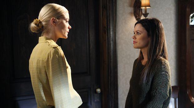 Das Verhalten ihrer Schwester macht Lemon (Jaime King, l.) verrückt und am sc...