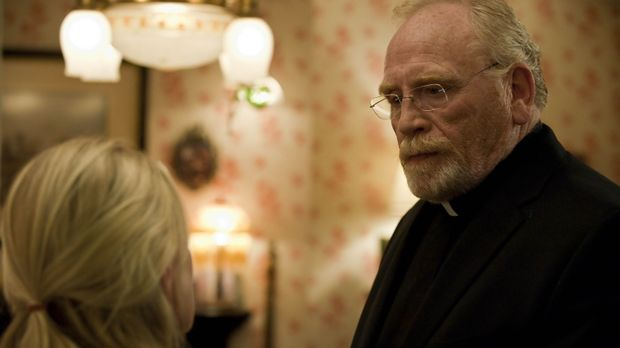 Maureen Ashby (Paula Malcolmson, l.) bittet Pater Kellan Ashby (James Cosmo,...