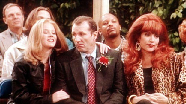 Al Bundy (Ed O'Neill, M.) nimmt beleidigt mit Peggy (Katey Sagal, r.) und Kel...