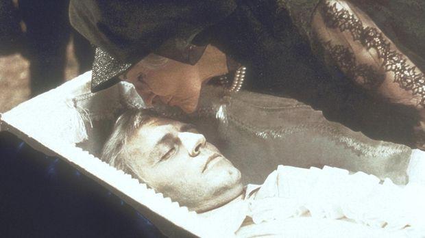 Livia Emberday (Cathleen Nesbitt, r.) beugt sich über den vermeintlich toten...