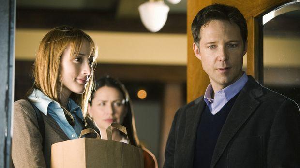 Tammy (Rena Sofer, M.) ist sehr erstaunt, als sie eine neue Frau (Bree Turner...
