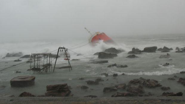 Es ist der schwerste Sturm der vergangenen 50 Jahre in Taiwan. Ein Öltanker v...