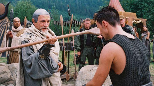 Bra'tac ( Tony Amendola, vorne l.) ist begeistert von der Armee von Jaffa, di...