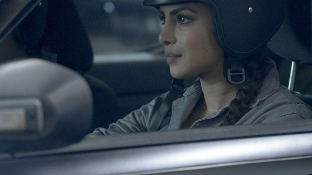 Ganz besondere Fahrstunden warten auf Alex (Priyanka Chopra) und ihre Kollege...