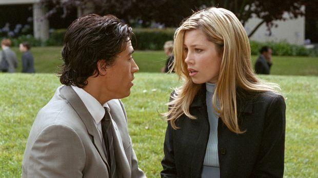 Wilson (Andrew Keegan, l.) ist von Marys (Jessica Biel, r.) Idee, zur Polizei...