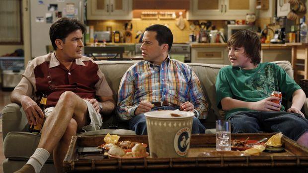 Männerabend: Charlie (Charlie Sheen, l.), Alan (Jon Cryer, M.) und Jake (Angu...
