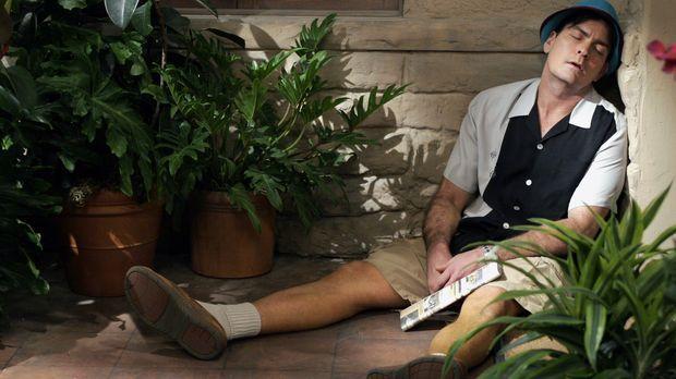 Charlie (Charlie Sheen) versucht, sich mit exzessivem Glücksspiel, Alkohol un...