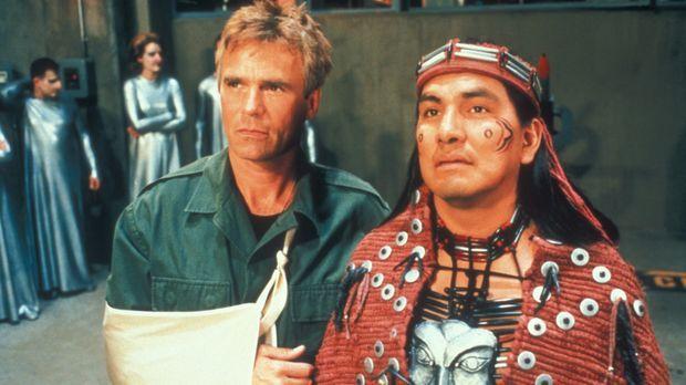 O'Neill (Richard Dean Anderson, l.) und Tonané (Rodney A. Grant, r.) müssen z...