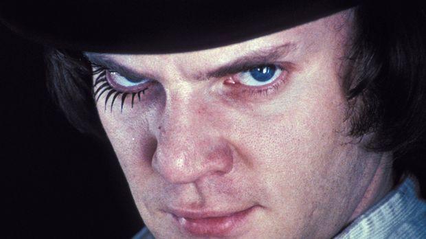 Für Alex (Malcolm McDowell) und seine Clique sind brutale Überfälle auf Wehrl...