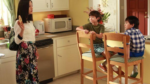 Jessica (Constance Wu, l.) und Louis werden während eines Termins in der Schu...