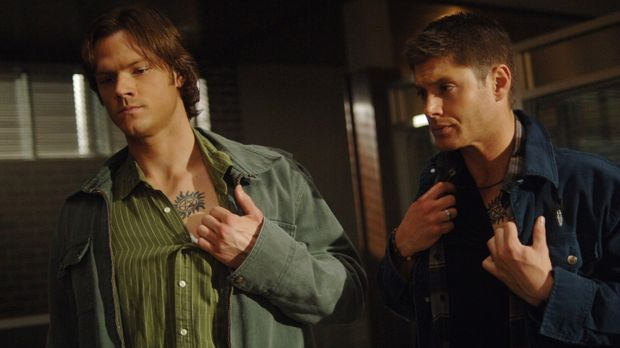 Sam (Jared Padalecki, l.) und Dean Winchester (Jensen Ackles, r.) brechen in...