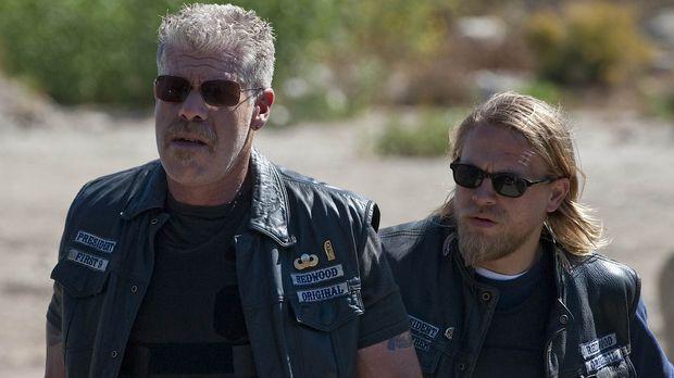 Weiß Jax (Charlie Hunnam, r.) von Clays (Ron Perlman, l.) düsteren Geheimnis?...