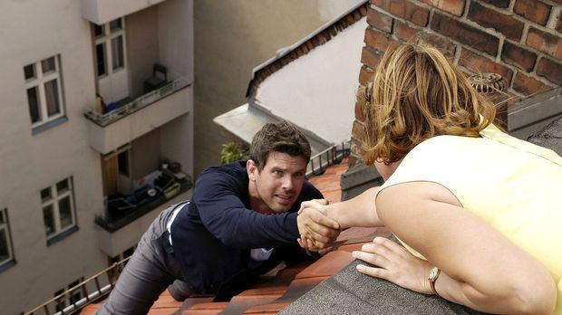 Ich steig' Dir aufs Dach, Liebling - Als Kai (Steffen Groth, l.) auf dem Dach...